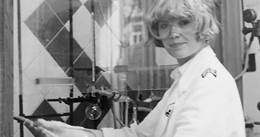 Elke Barbara Bachler (mit Schutzbrille und Labormantel)